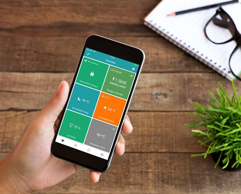 SikomLiving-Hand-Holding-Smartphone-Energy-Ctrl