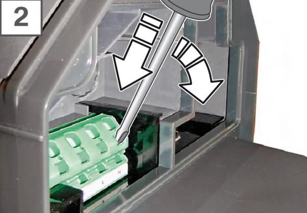 viser riktig plassering av skrutrekker i strømforsyningsterminalen
